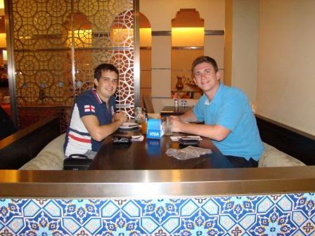 Jantando comida libanesa