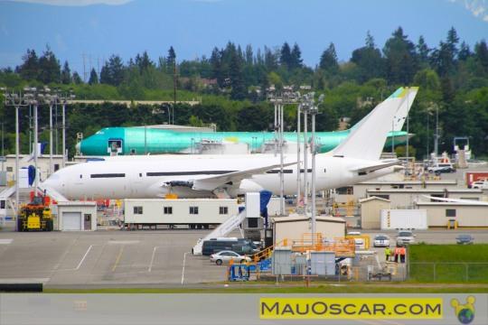 Visitando a maior fábrica de aviões do mundo Boeing-747-8-aguardando-pintura