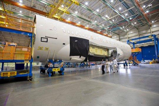 Visitando a maior fábrica de aviões do mundo Lan-01