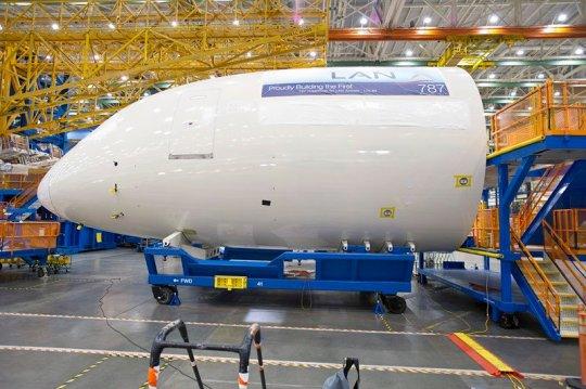 Visitando a maior fábrica de aviões do mundo Primeiro-787-da-lan
