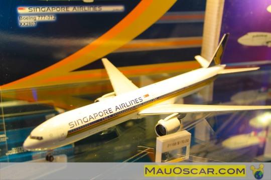 Visitando a maior fábrica de aviões do mundo Replica-em-miniatura-do-777-da-singapore-airlines